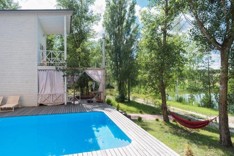 villa poduszka e1582644004663 - База отдыха с бассейном