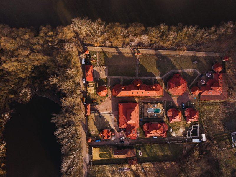 zagorodnyj kompleks u reki scaled e1626869619788 - Лазертаг